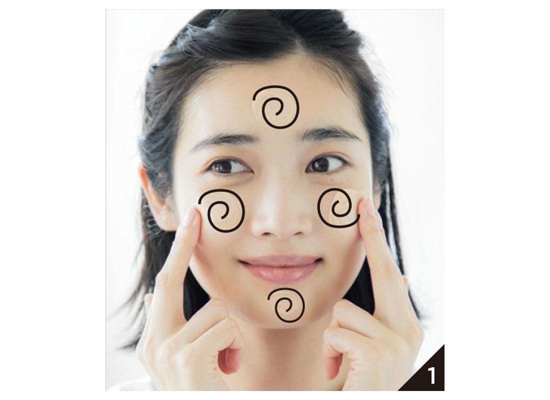 均等につくよう、渦巻きを描くように両頰、額、あごにのせてから、全体に広げる