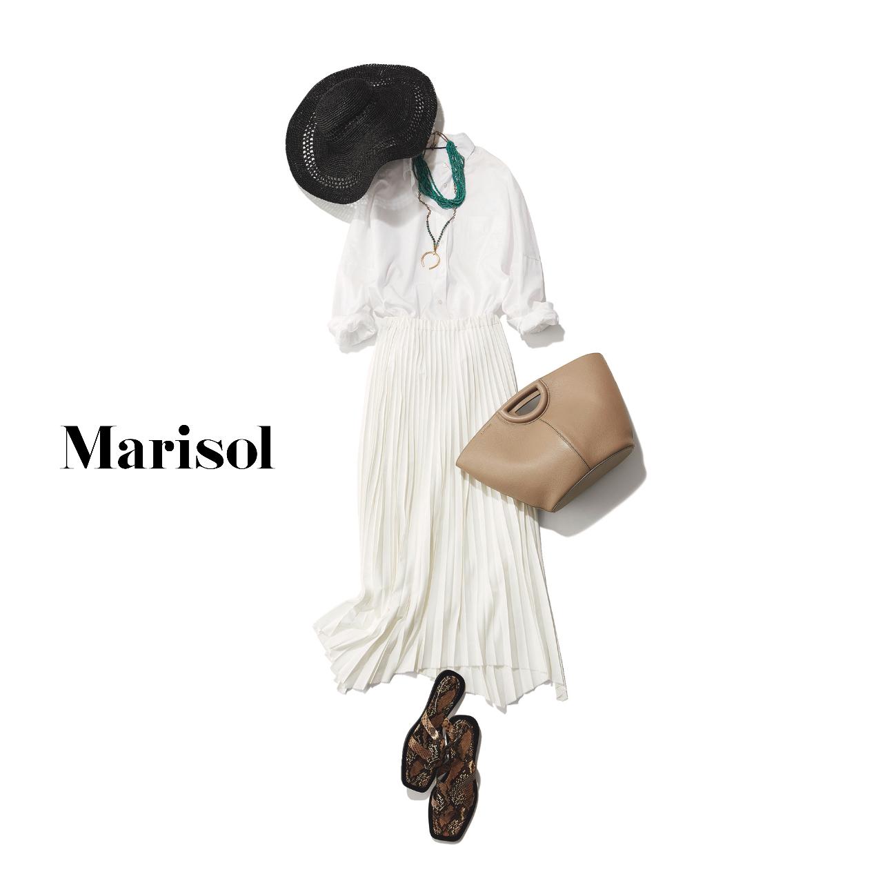 40代ファッション  黒帽子×白シャツ×白プリーツスカート×サンダルコーデ