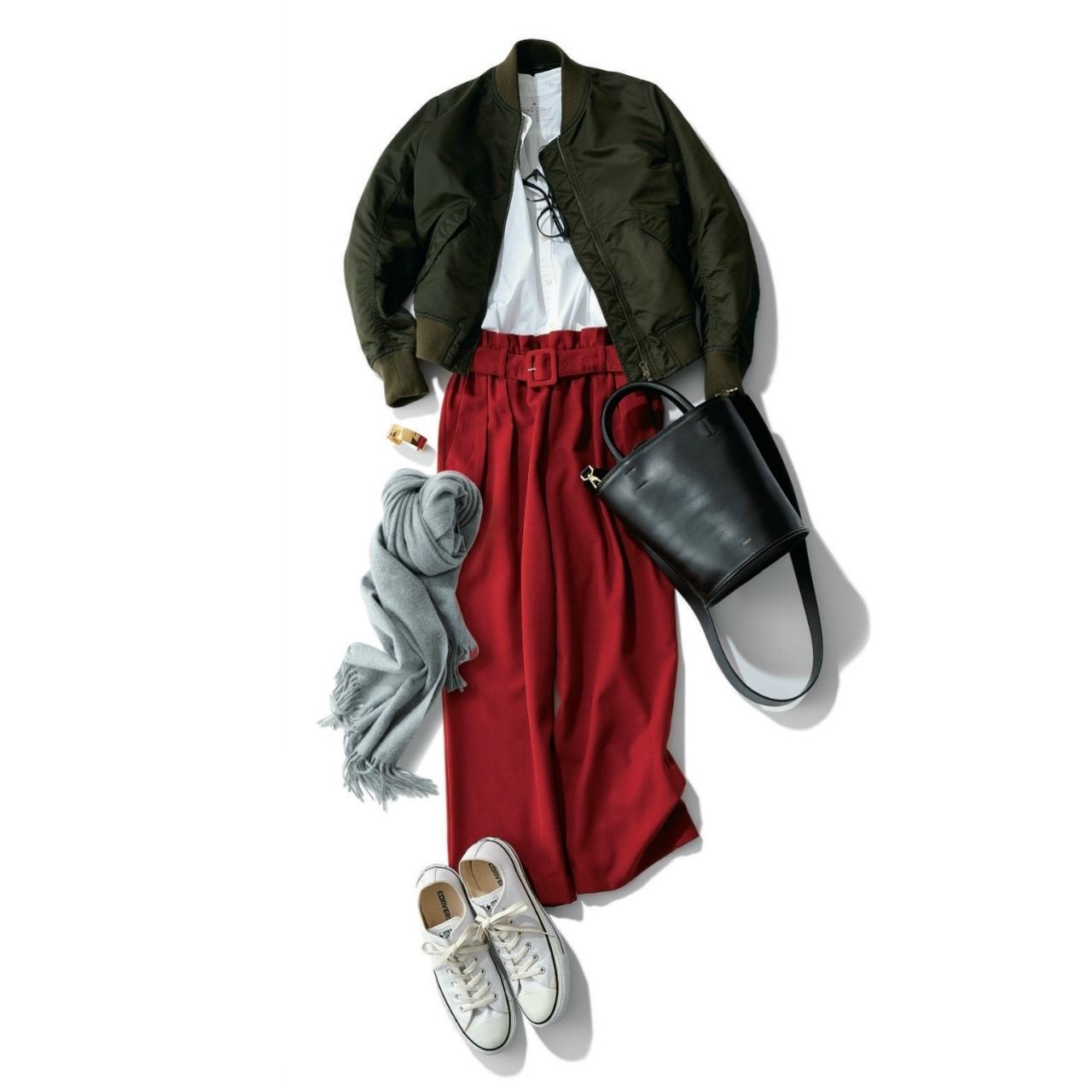 白コンバースのローカットスニーカー×ブルゾン&赤パンツのファッションコーデ
