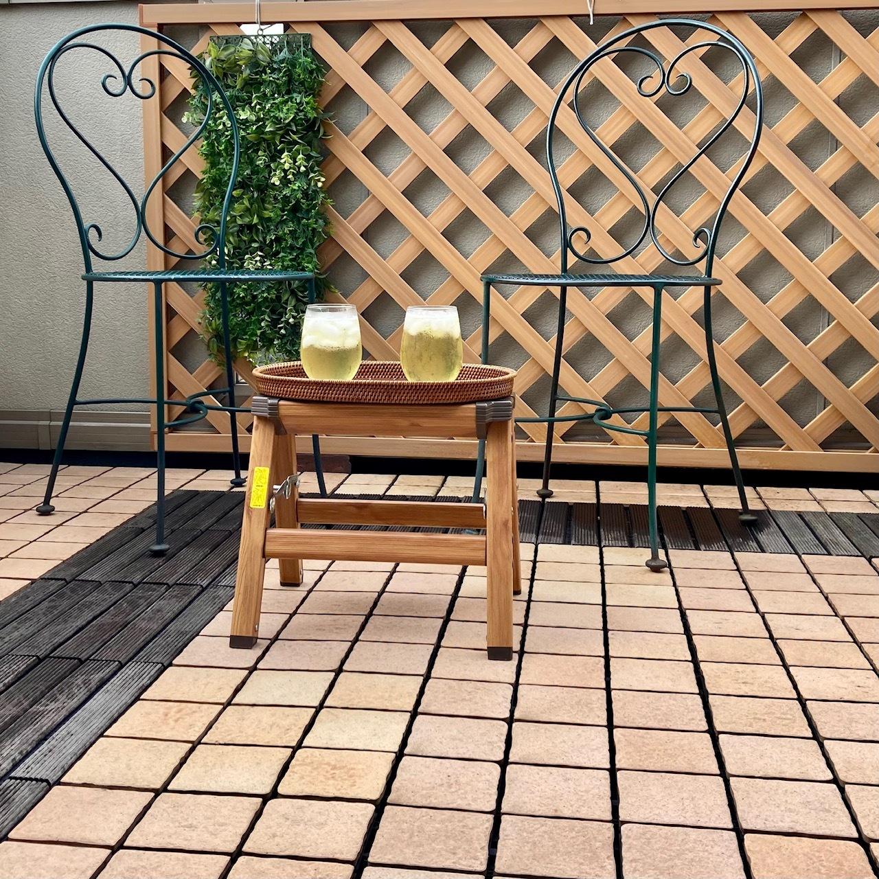 バルコニーの椅子とテーブル