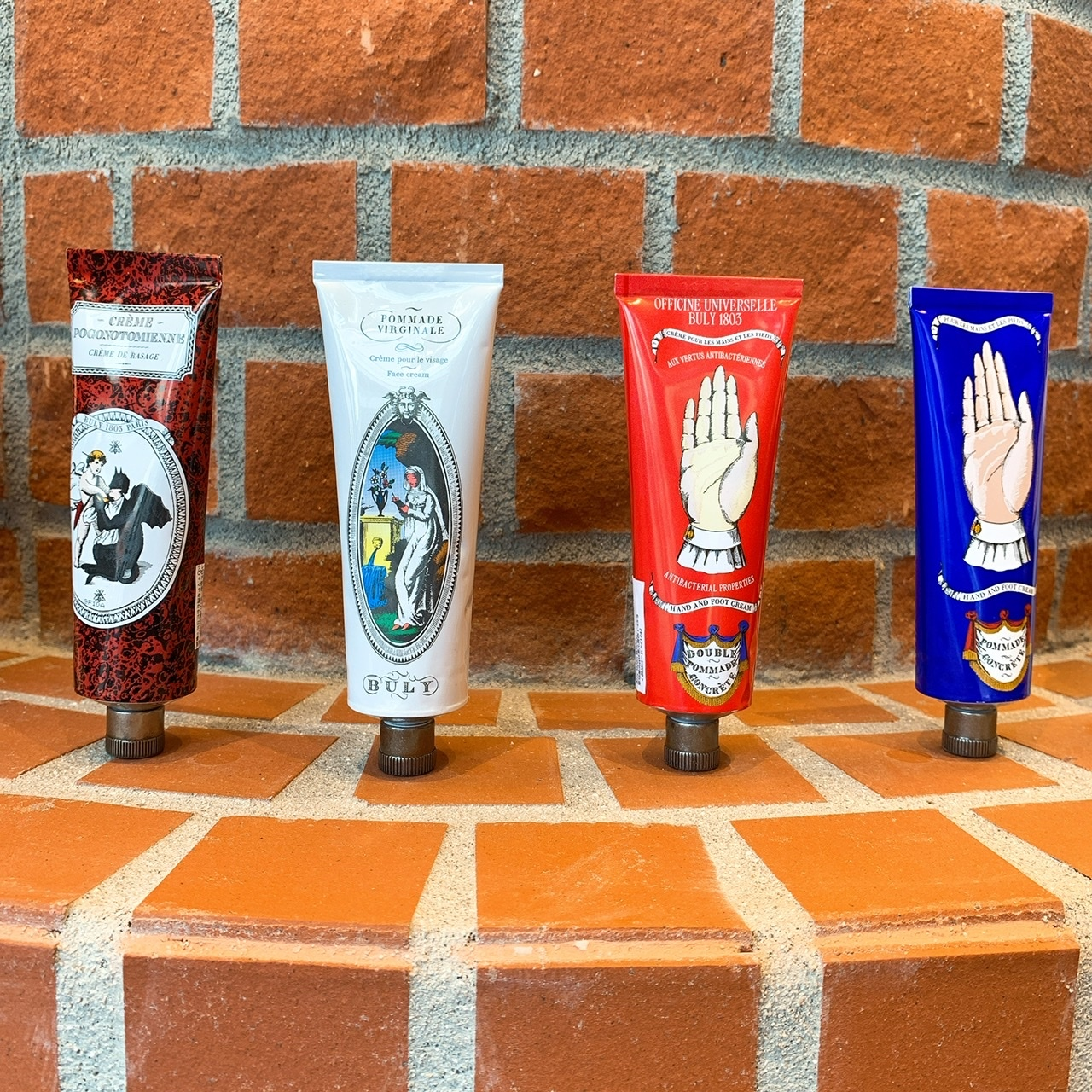 シアバターとカモミール蒸留水配合のハンド&フットクリーム「ポマード・コンクレット」75g ¥4,700。ユーカリとスウィートオレンジのエッセンシャルオイルの香りが魅力の「ドゥーブル・ポマード・コンクレット」75g ¥5,700。フェイシャルクリーム「ポマード・ヴィルジナル」75g ¥5,500、シェービングクリーム「クレーム・ポゴノトミエンヌ」75㎖ ¥4,300