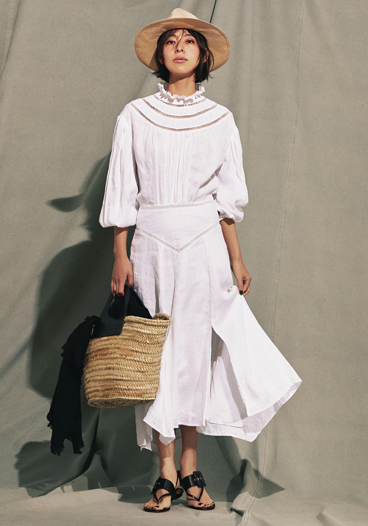 白のリネンワンピース×かごバッグコーデを着たモデルの小泉里子さん