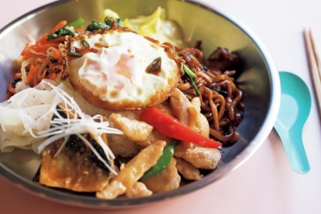 定食は主菜2品と副菜4品¥1,200~(店内はワンドリンクまたはワンスープ制)