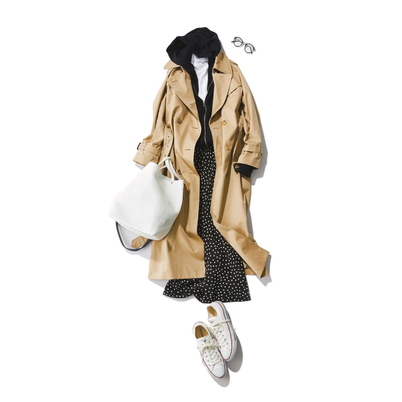 白コンバース ローカットスニーカー×トレンチコート&ドット柄スカートのファッションコーデ