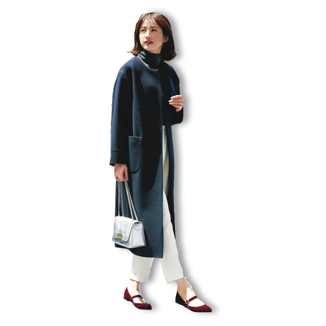 コート×白パンツのファッションコーデ