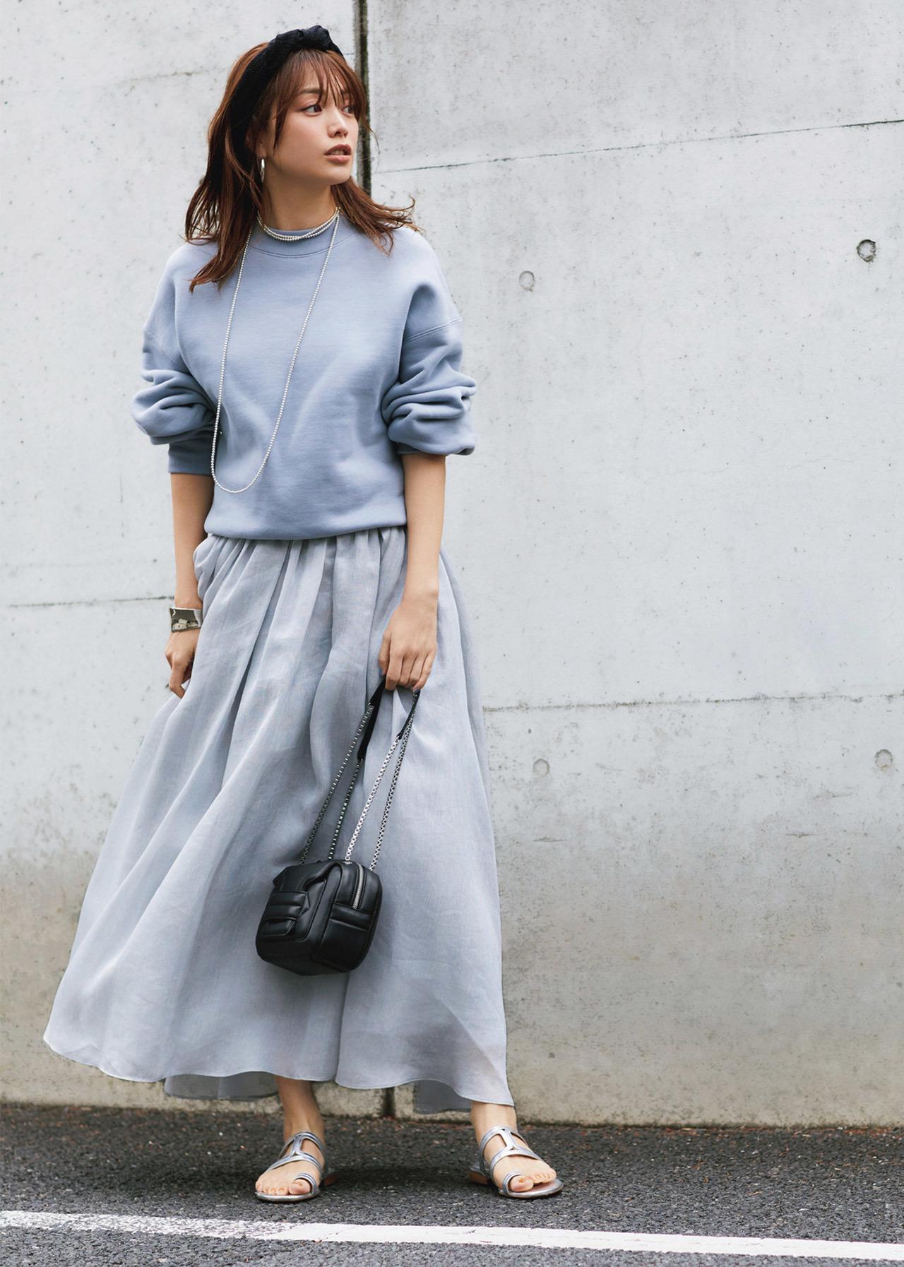 スウェット×ふんわりスカートのワントーンコーデ