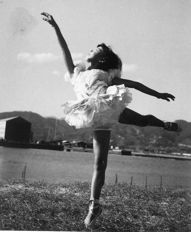 小学1年生のころ、広島の河原でトゥシューズを履いてポーズをとる
