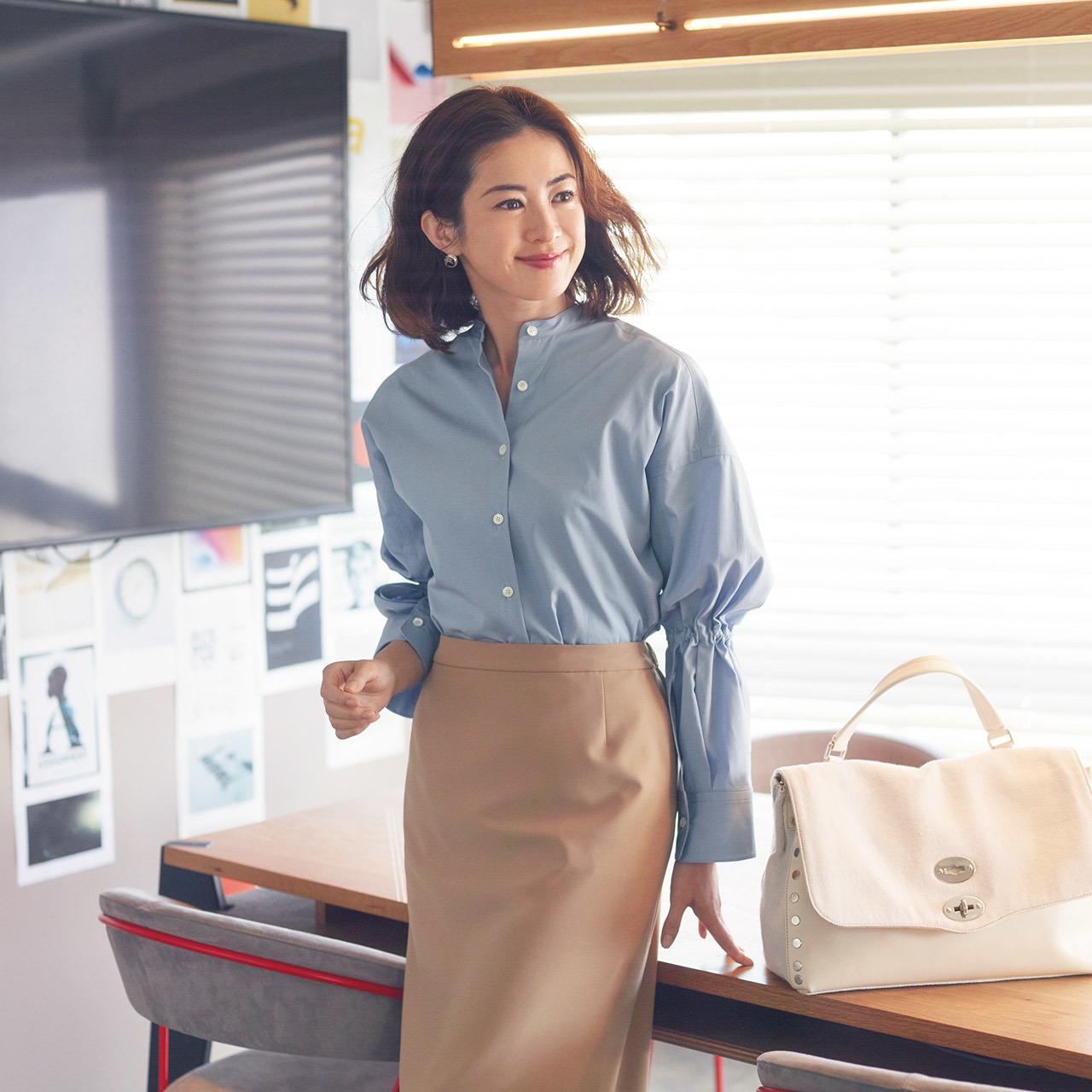 シャツ+タイトスカートという黄金スタイリングも、袖のギャザーデザインで凝った印象に。