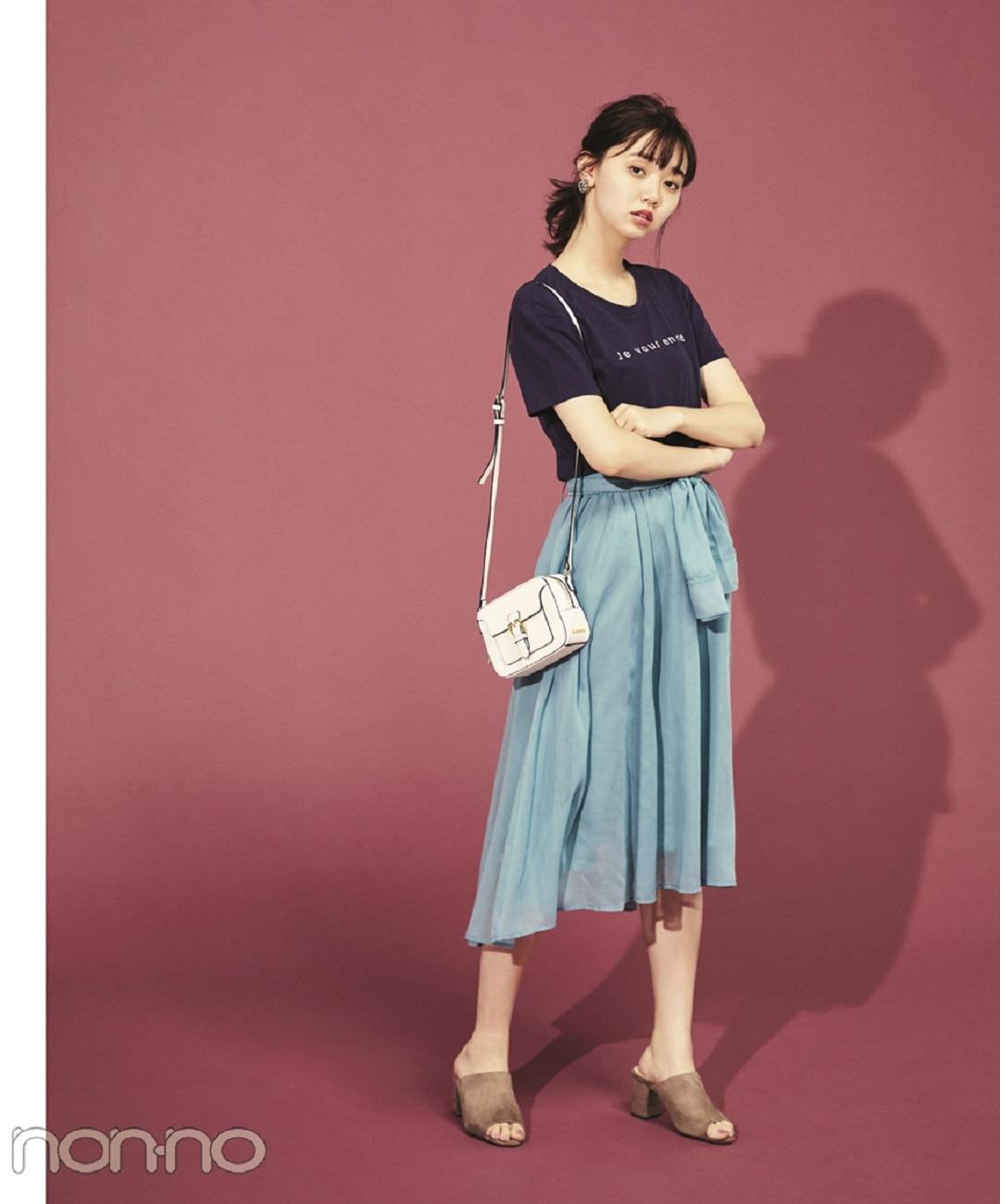 【夏のサンダルコーデ】新川優愛は、チェックワンピ×黒リュック&スニーカーでカジュアル通学コーデ