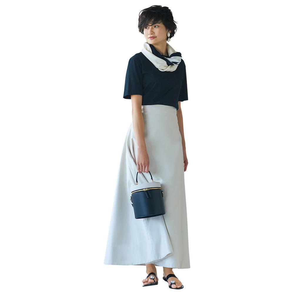 黒Tシャツ×スカートコーデ