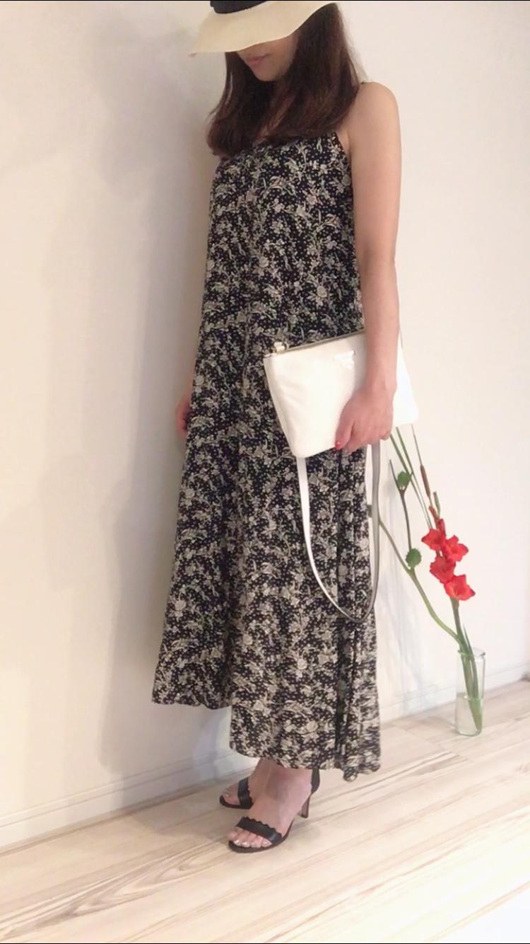 白×黒の花柄ワンピースとヒールサンダルでコーディネート