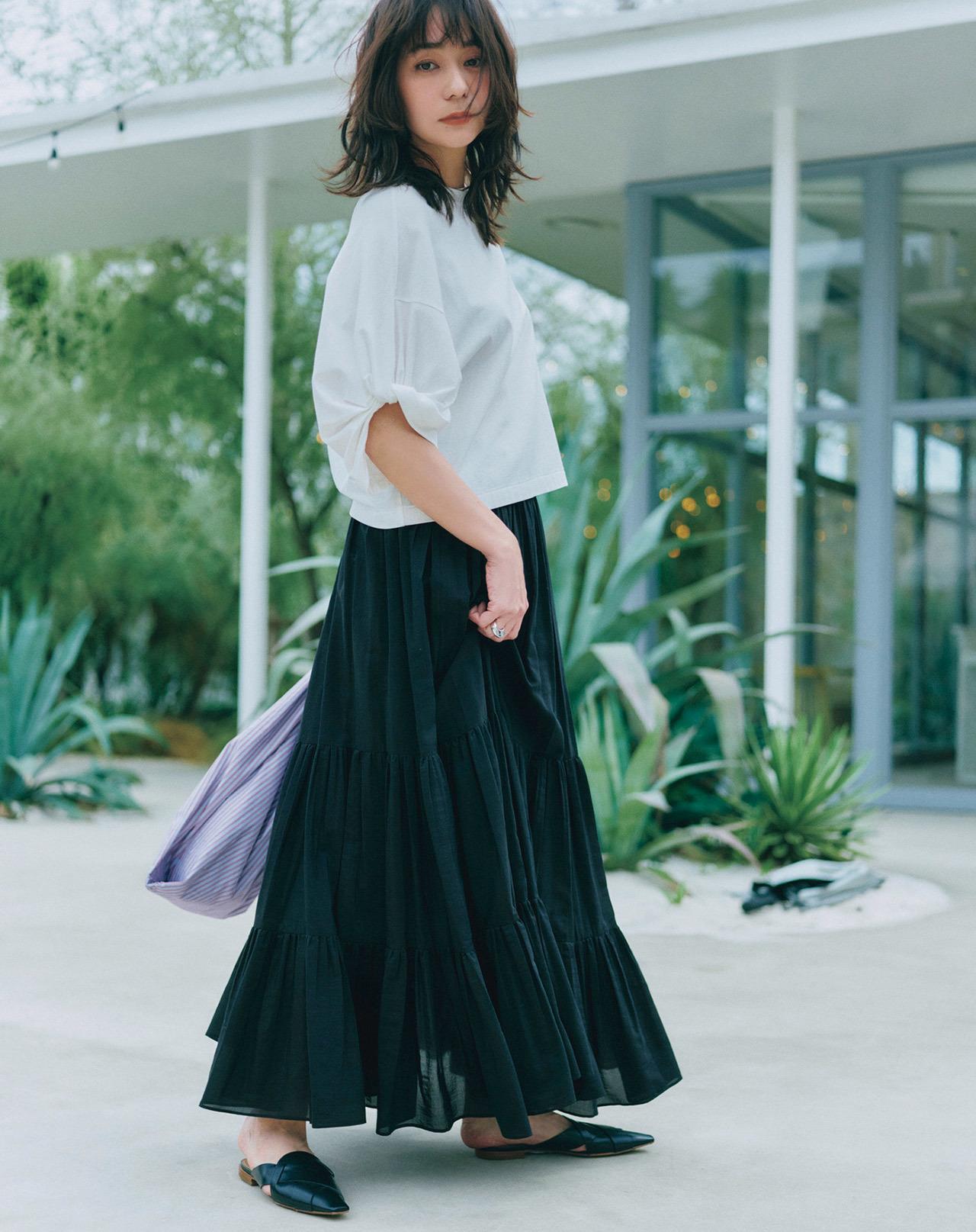 ボリューム袖のTシャツ×スカートコーデ