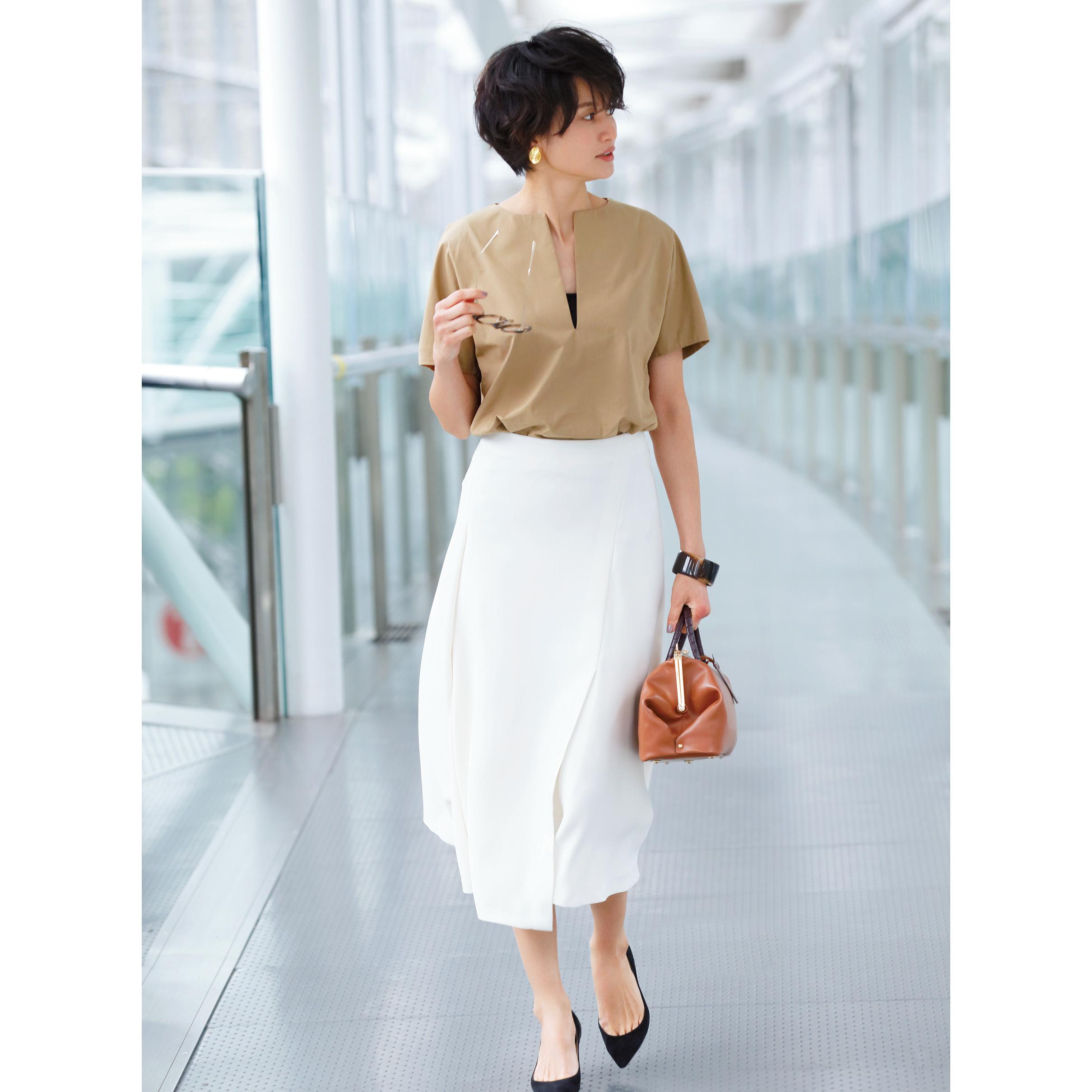 半袖ブラウス×白フレアスカート
