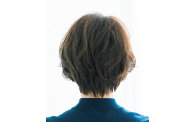 立体感のあるひし形フォルムでヘアとフェイスラインの美しさを引き出すスタイルのバック