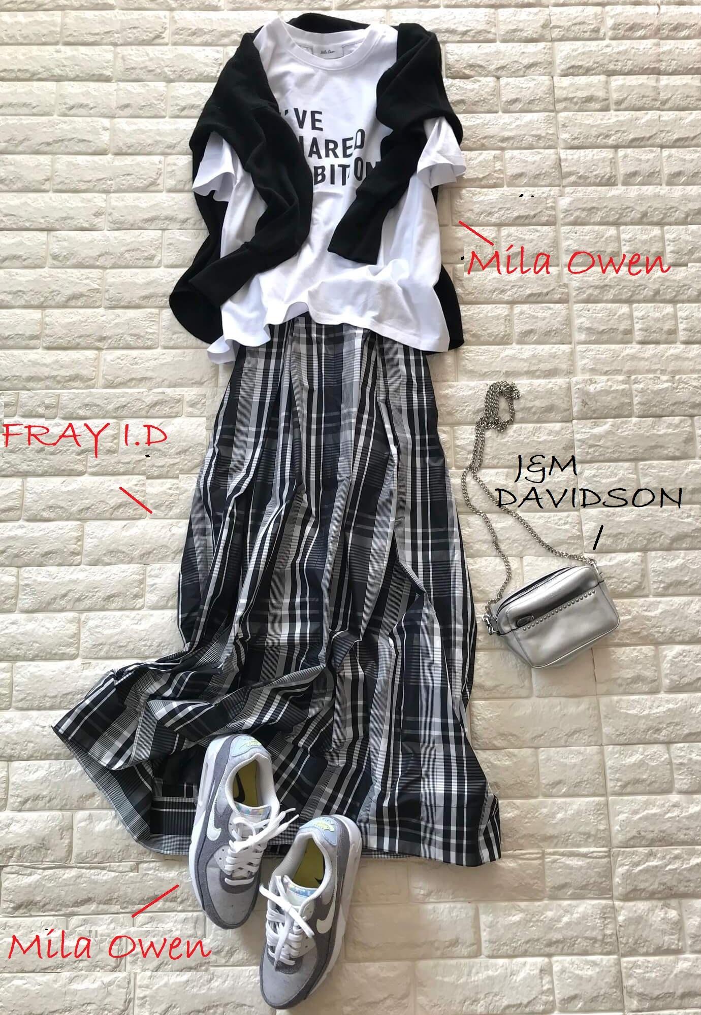 フレイアイディーのスカートとミラオーウェンのTシャツを合わせたコーデ
