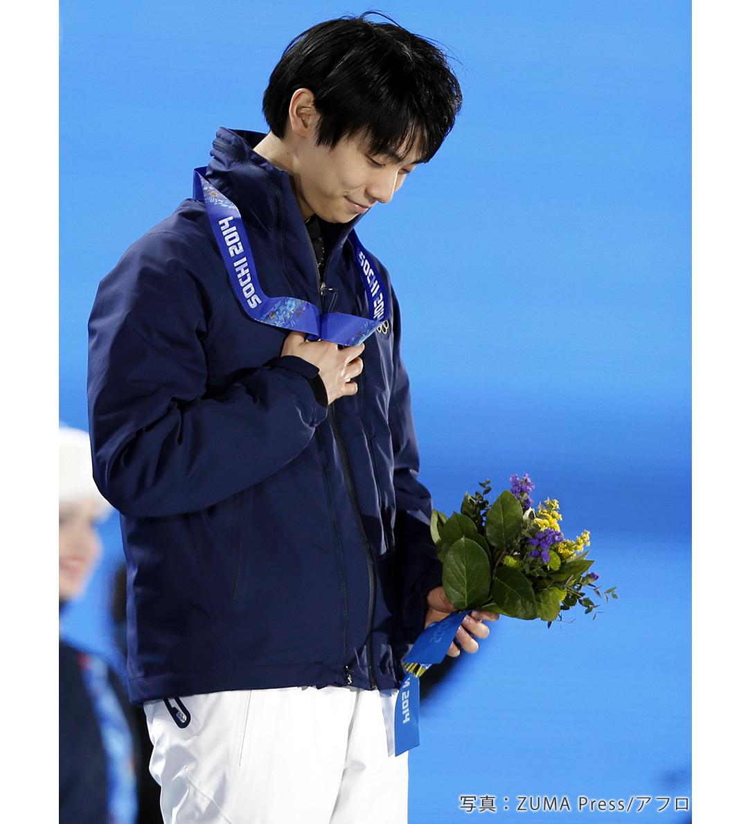 支えてくれた人たちへ感謝するかのように、愛しそうに金メダルを握りしめる羽生結弦選手。
