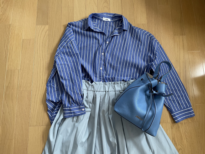 ブルーコーデ シャツ、スカート、バッグ