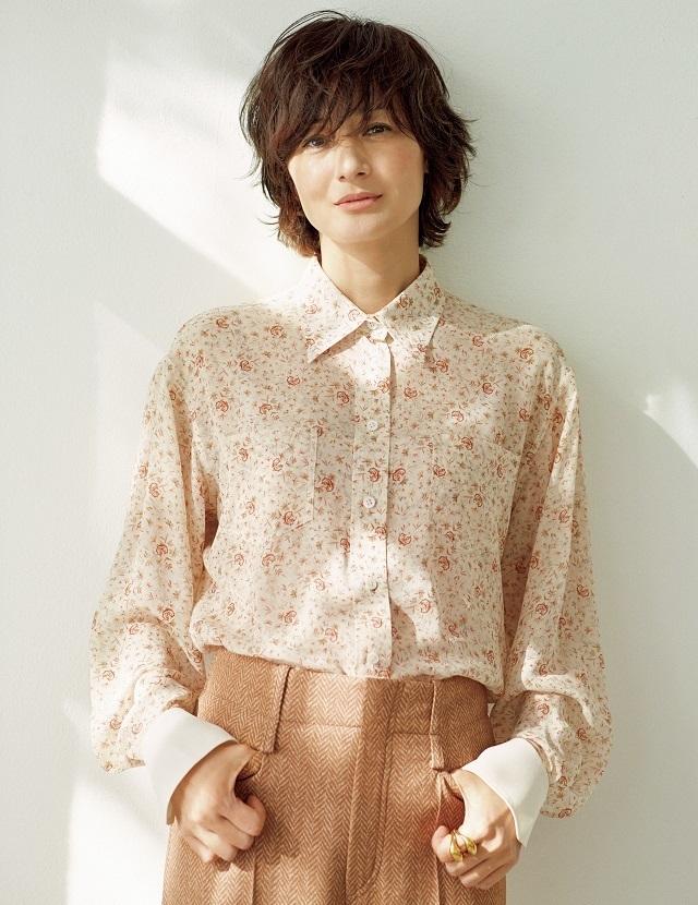 富岡佳子 大人の「花柄ブラウス」の着こなし方