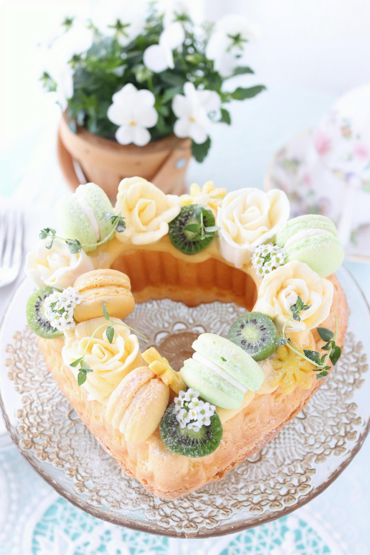 ヘルシーなケーキの上にマカロンやエディブルフラワー、フルーツを飾って