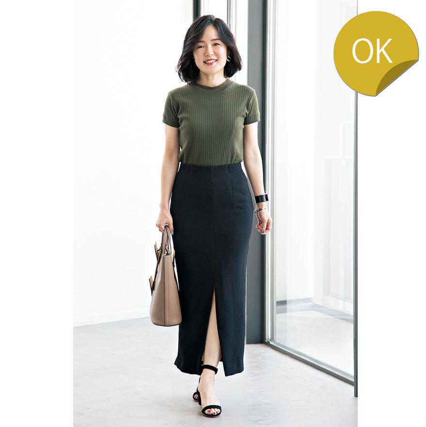 カーキTシャツ×黒スカートコーデ