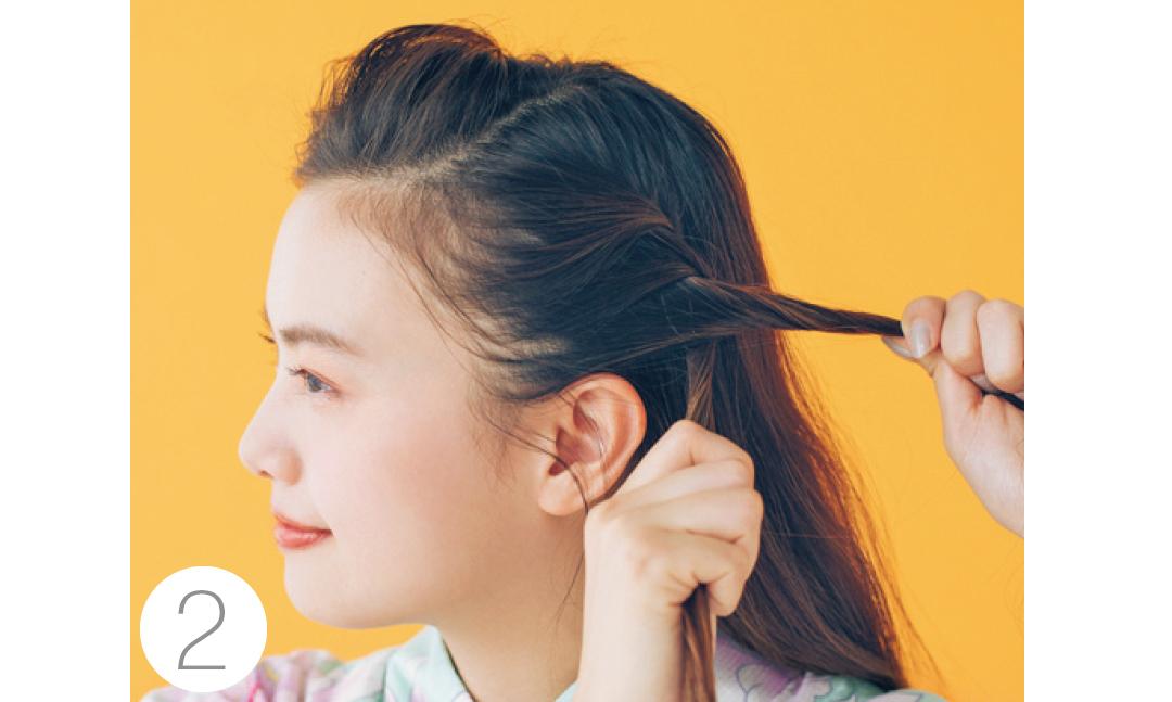 クロスした髪の下を同じ幅取り、すぐ上の毛束と合わせて、もう一つの毛束と再びクロスさせる。これをうなじまで繰り返す。右も同様に。