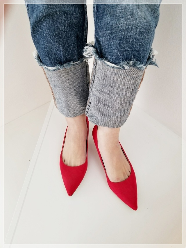 赤パンプス×デニムパンツのファッションコーデ