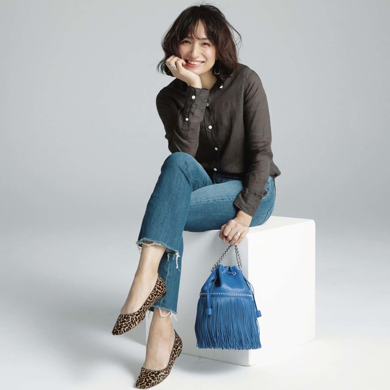 筒型バッグを持つモデルの佐田真由美さん
