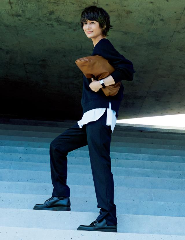 クルーネックトップスにきれいめパンツコーデの富岡佳子