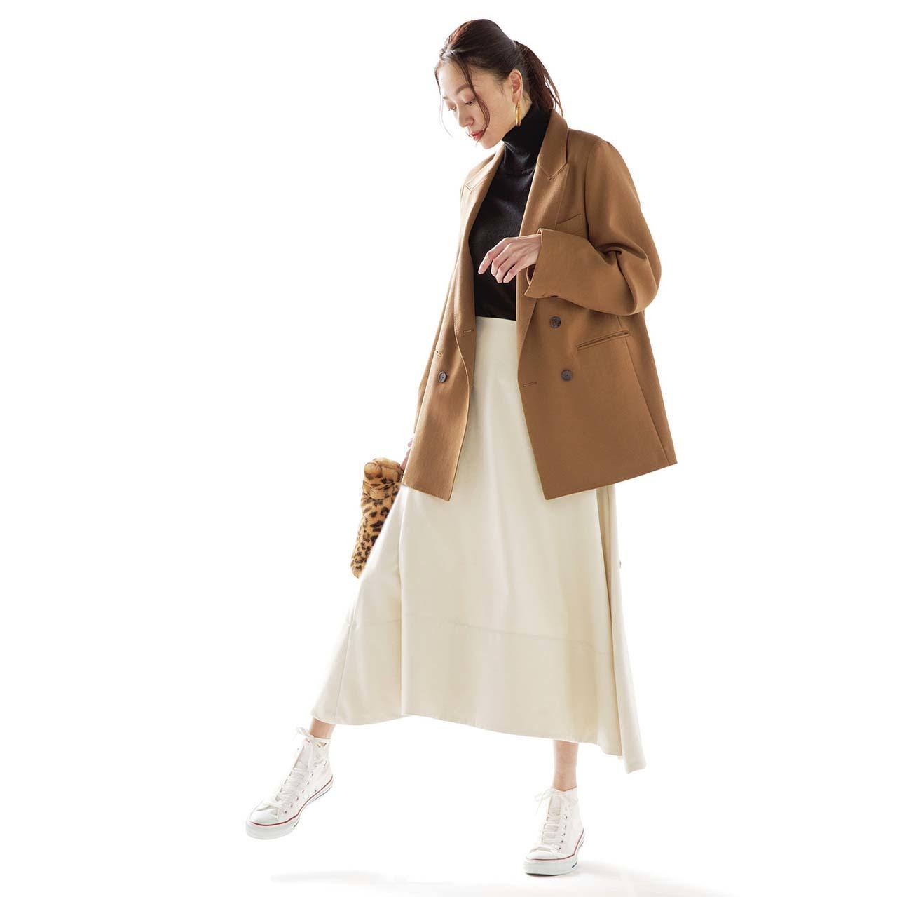 ジャケット×スカート×コンバースの白スニーカーコーデを着たモデルの内田ナナさん