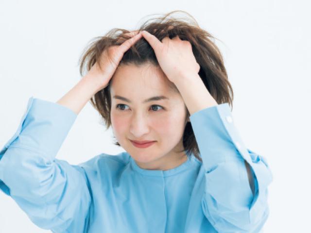 ヘアジェルを髪全体へ広げる