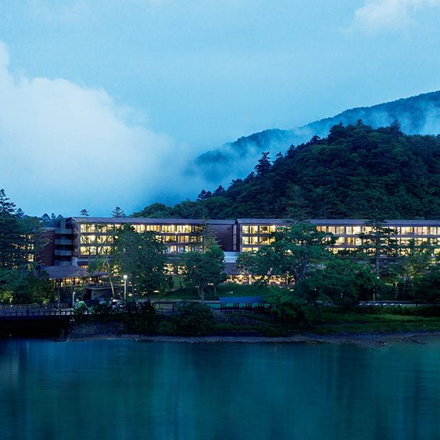 中禅寺湖と男体山を眺 める地に誕生