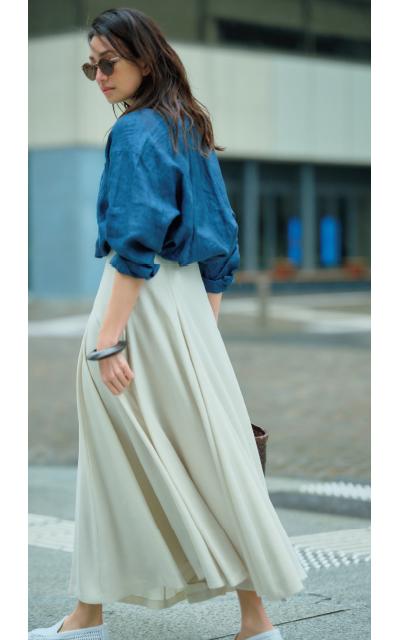 ベージュスカートでカジュアルシャツも美女感アップ