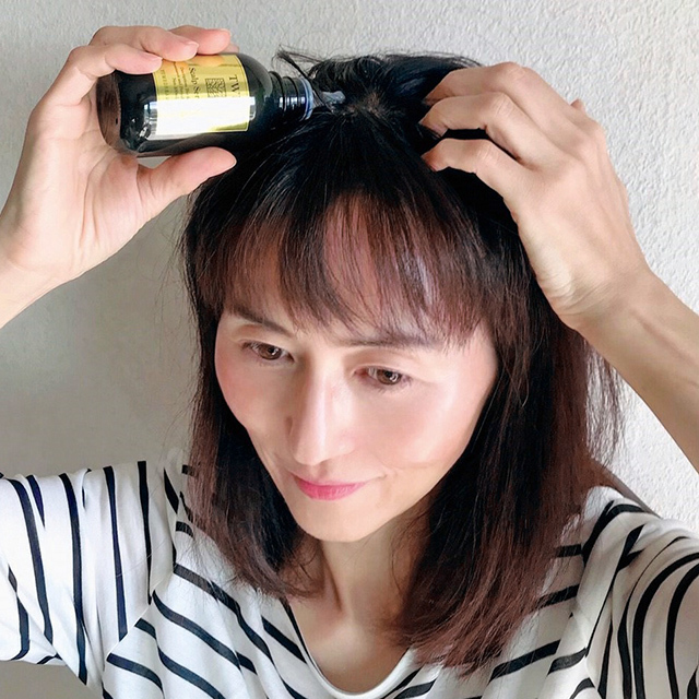 頭皮へセラムを直接塗布