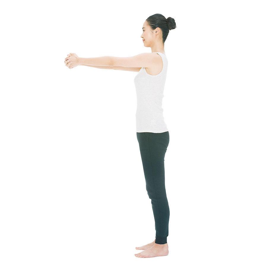 足を軽く開いて立ち、腕をまっすぐ前に伸ばして両手を組む。