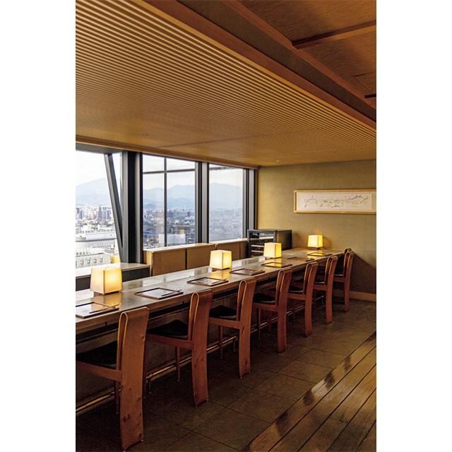 窓に面したカウンター席からは東山三十六峰が見渡せ、テーブル席も用意されている。