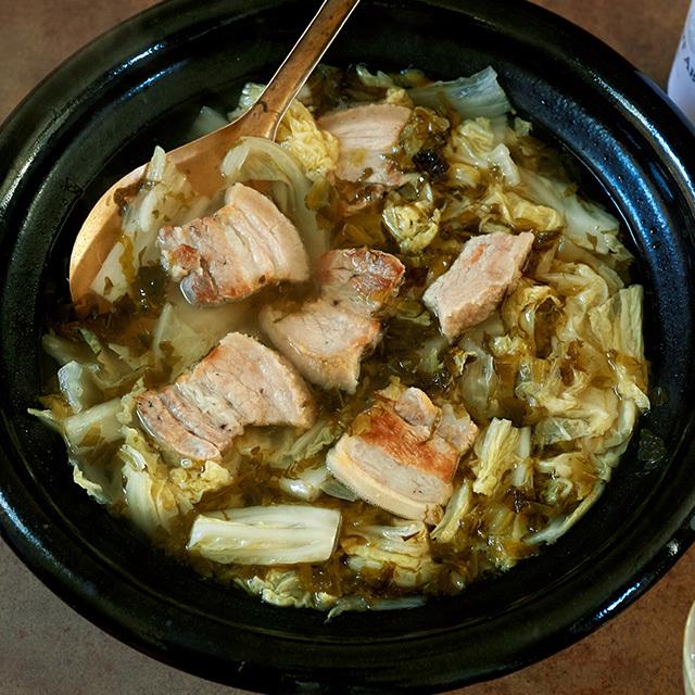 焼きつけた豚バラ肉の香ばしさと、乳酸発酵した高菜漬けがコクとうま味に