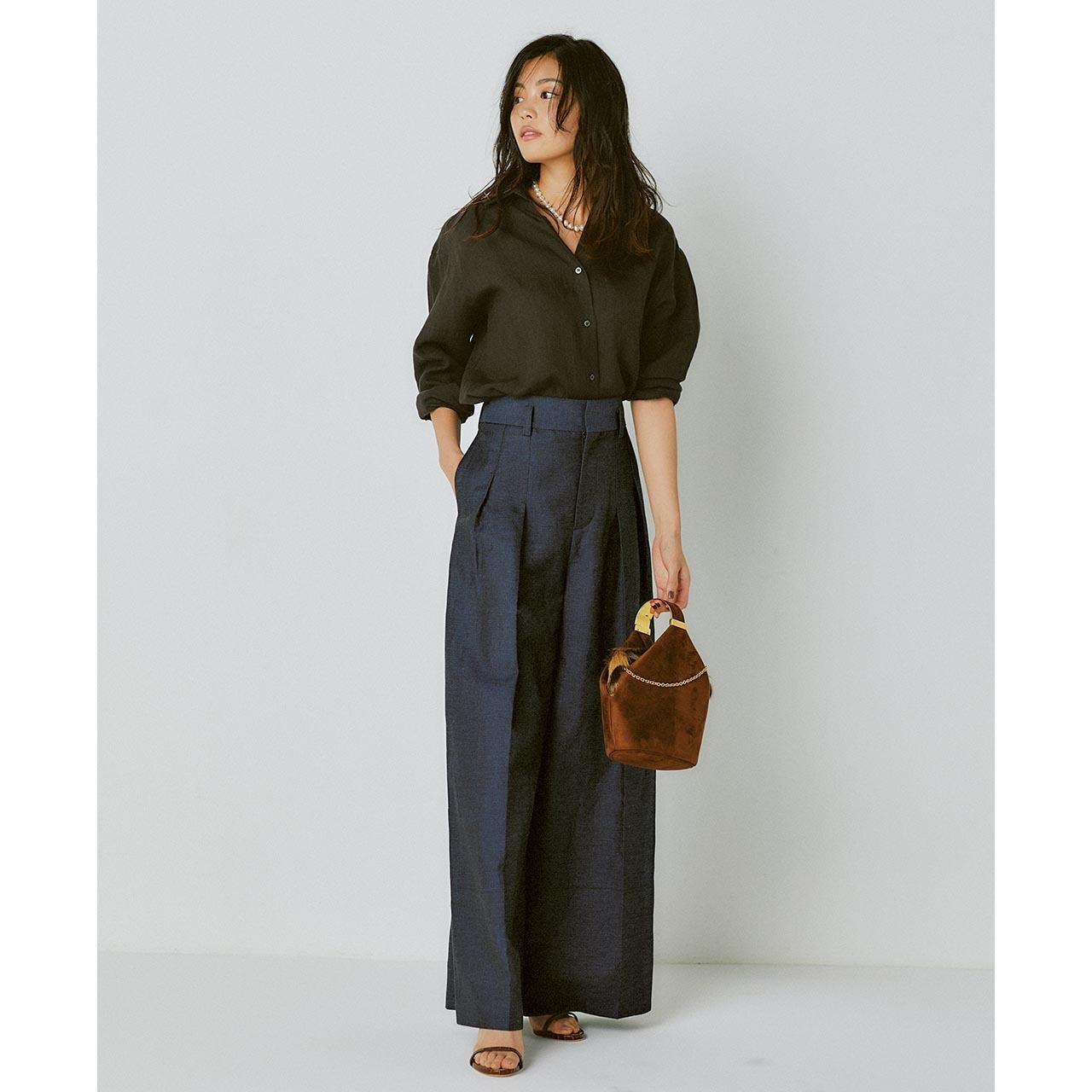 リネンのブラウンシャツ×ネイビーのワイドパンツコーデを着たモデルの矢野未希子さん