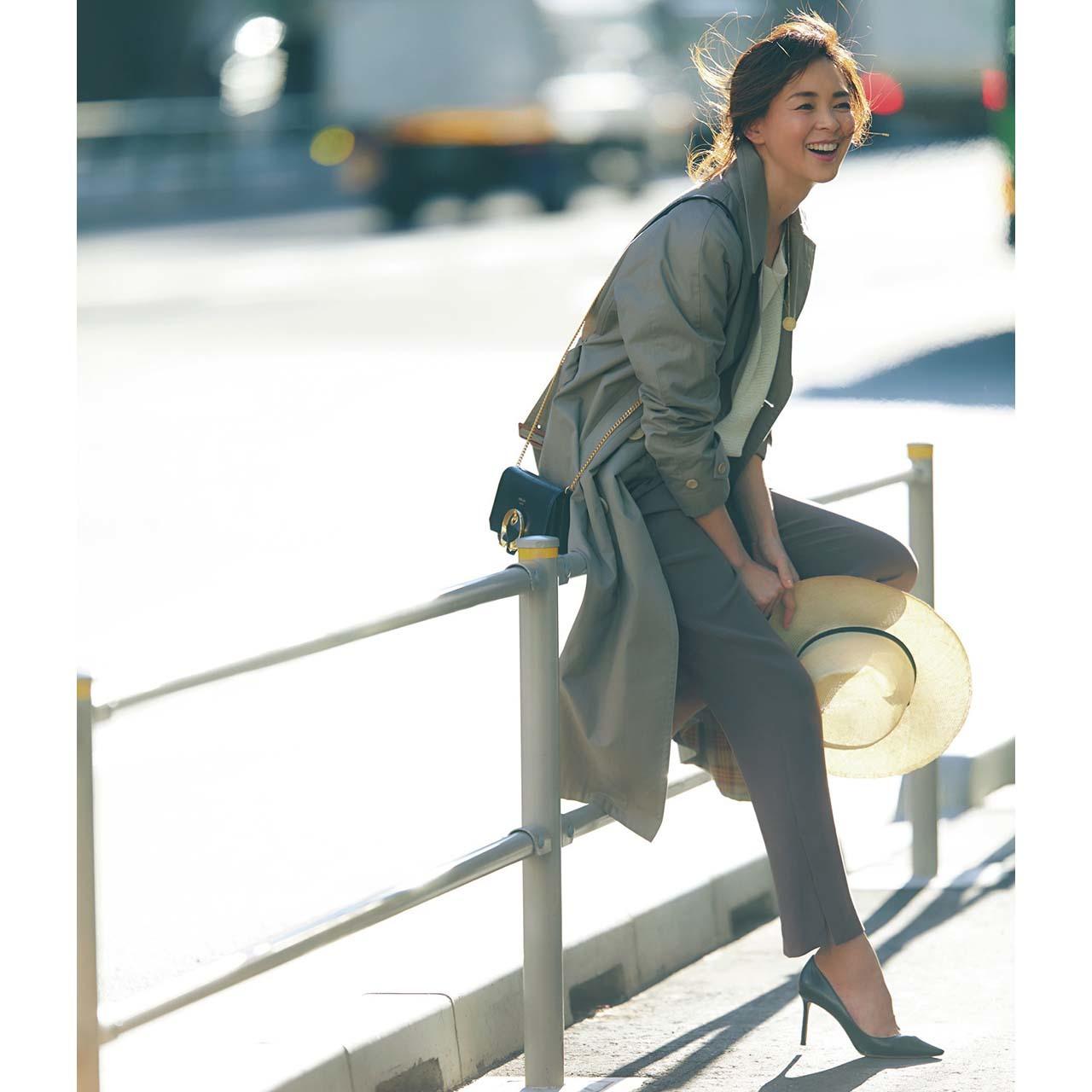 薄手のコート×美脚スリットパンツコーデを着たモデルのSHIHOさん
