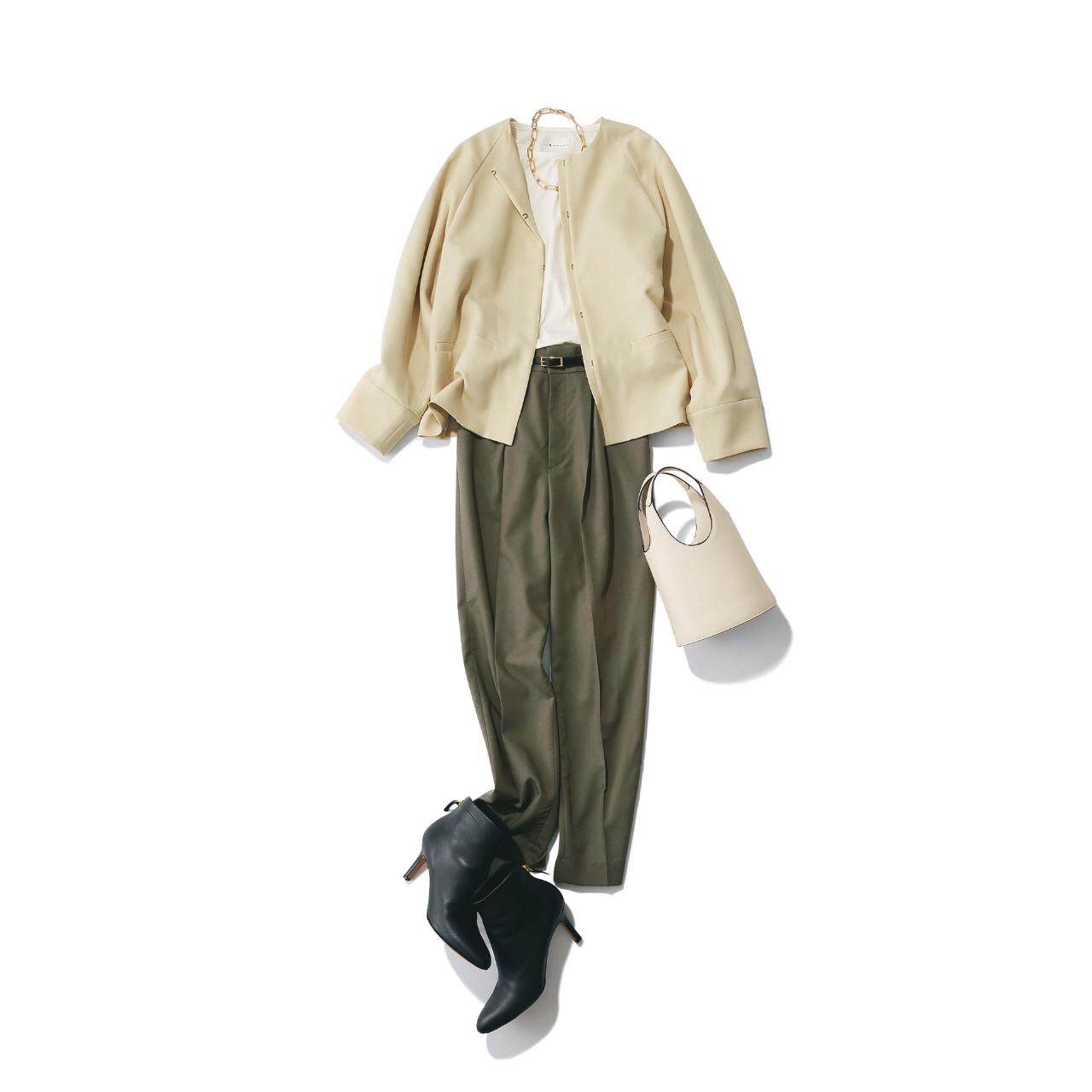 ベージュジャケットとカーキパンツ、黒ショートブーツのコーデ