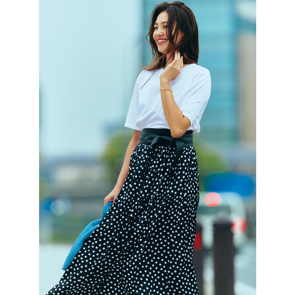 白Tシャツ×黒のドット柄スカートでモノトーンコーデ