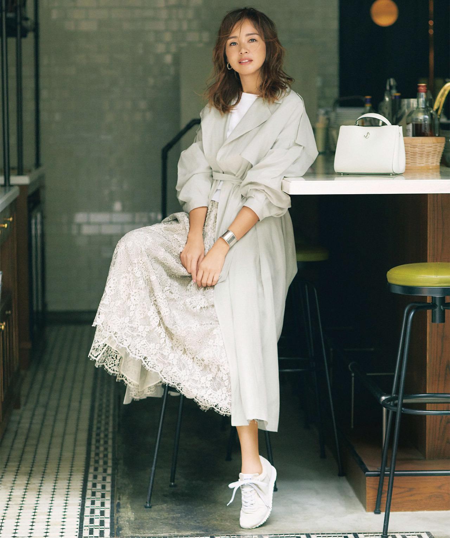 時には「女っぽい」を直球で楽しむ。透け感のある羽衣のようなガウンコートで軽やかに、優しげに。 SHIHO