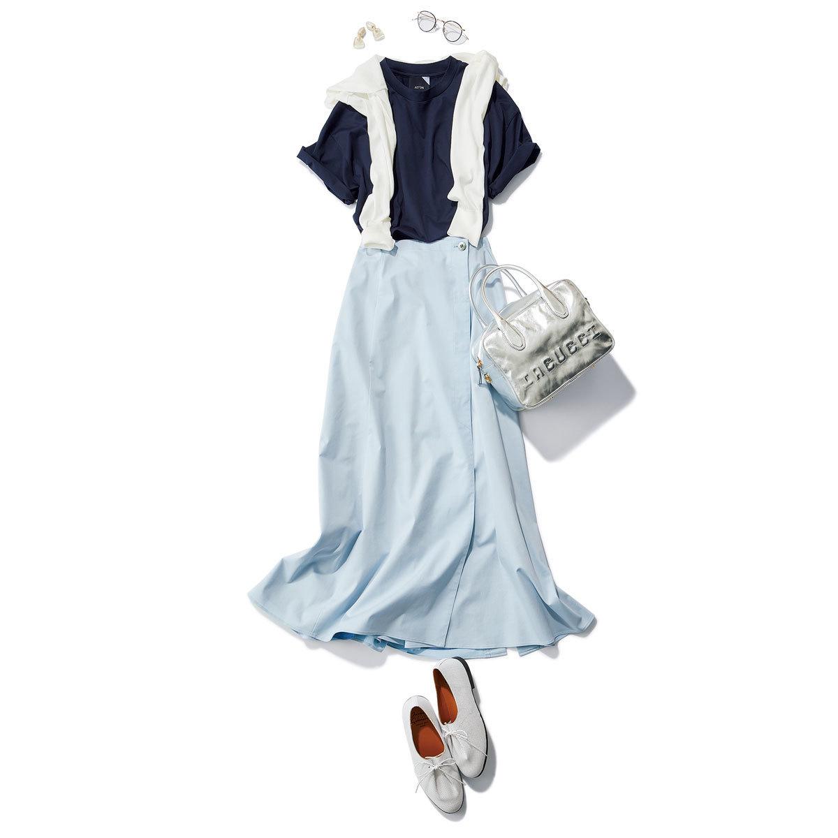 ■ネイビーのTシャツ×肩がけした白いカーディガン×ライトブルーのスカートコーデ