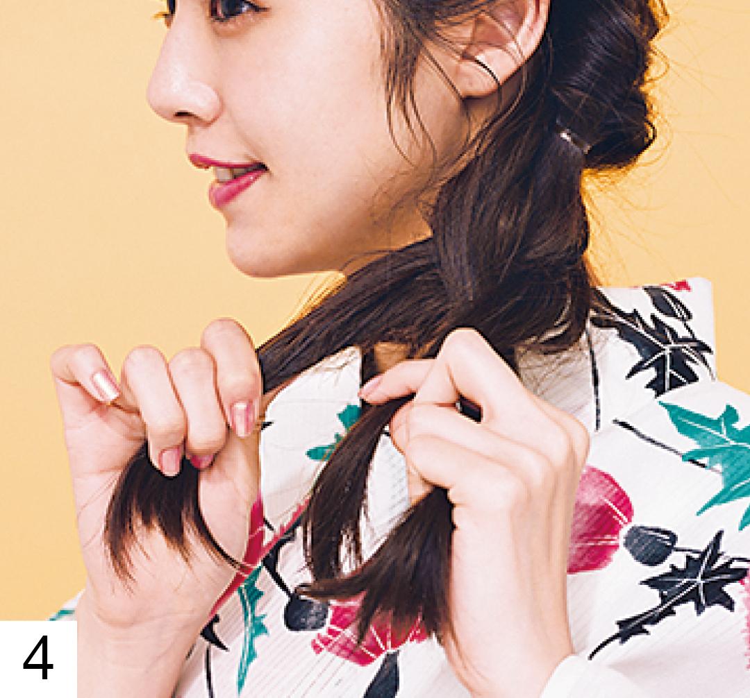 髪全体を左に寄せて、耳横の位置から三つ編みにする。毛先をゴムで結んだら、三つ編みを少しずつ引き出して立体感を出して。三つ編み側の耳横にヘア飾りをつけて完成。