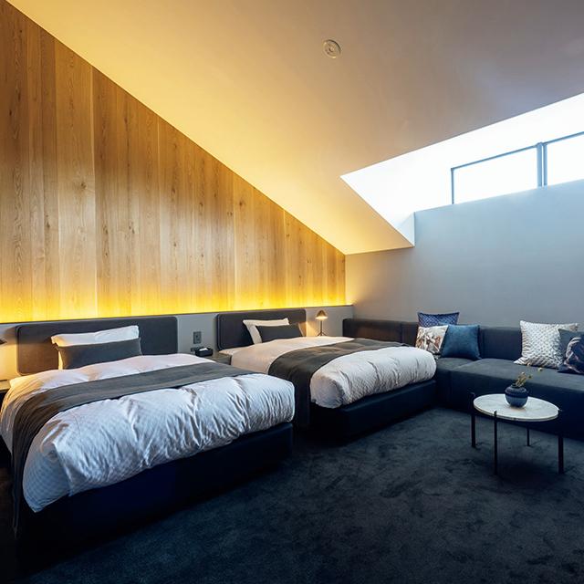 天井から柔らかな自然光が射し 込む106号室。客室デザインは少しずつ異なる