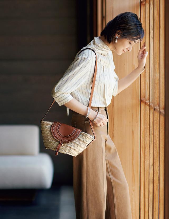 クロエのかごバッグとエレガントなパンツスタイルの富岡佳子