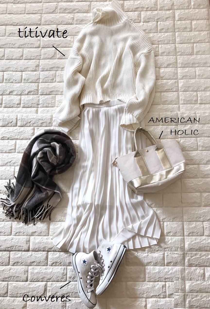 ユニクロのプリーツスカートと白ニットを合わせたコーデ
