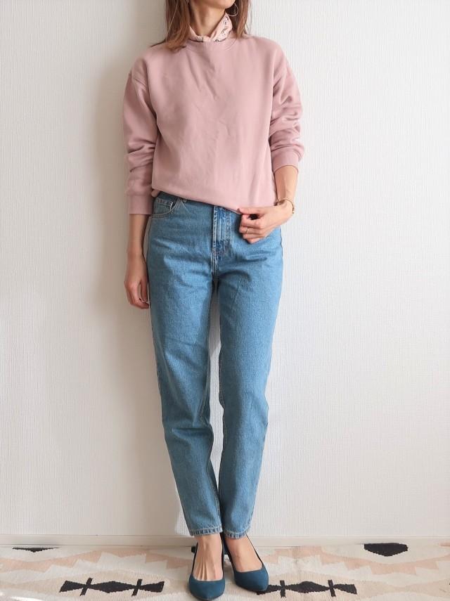 ピンクスウェット×デニムパンツのファッションコーデ