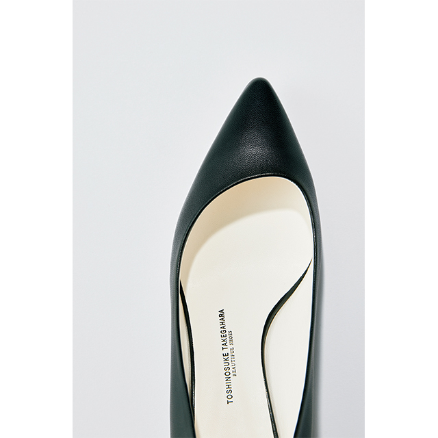 親指のほうが浅めに設計された履き口が、足先をより美しくスマートに