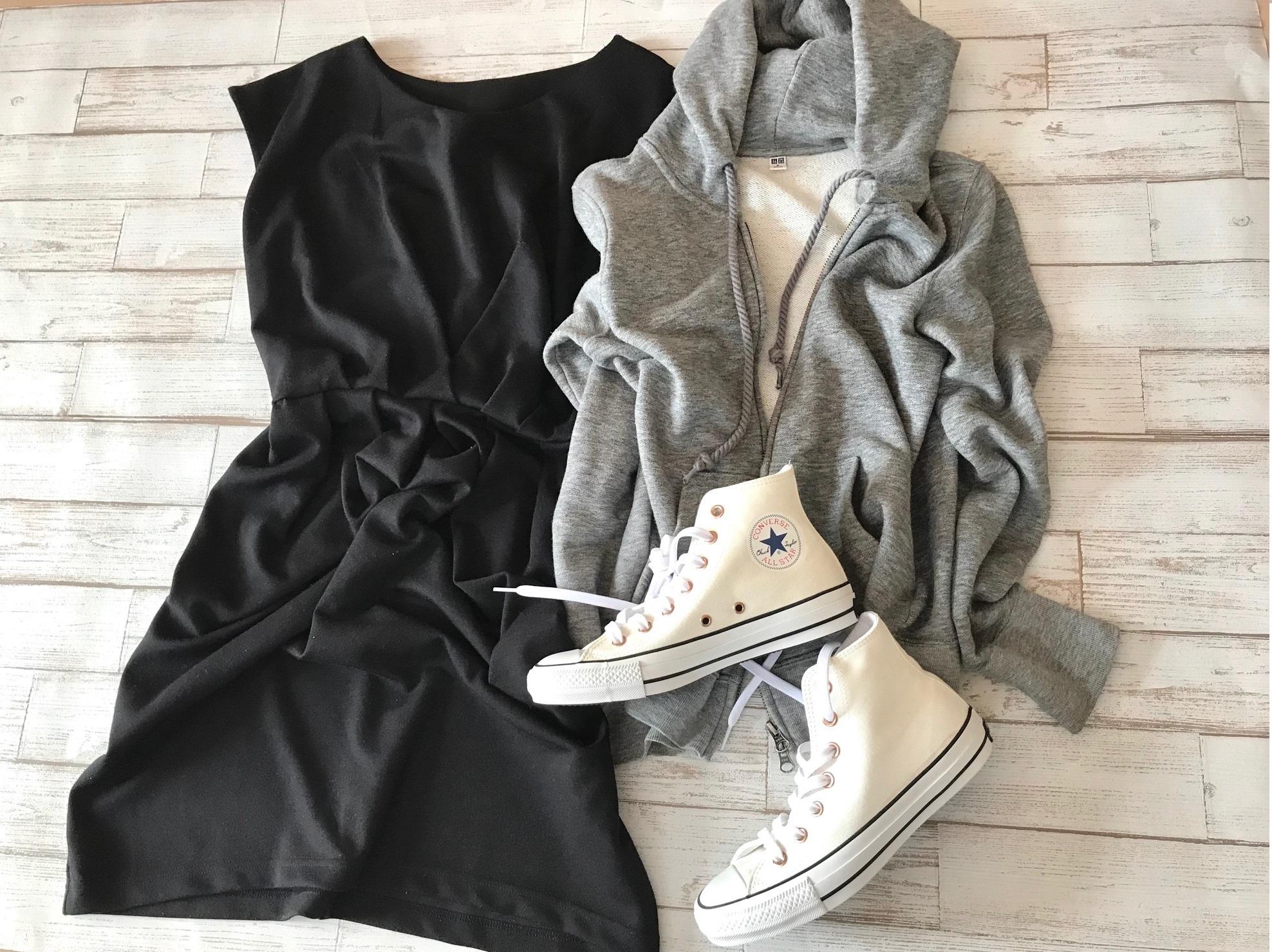 白コンバースのハイカットスニーカー×黒ワンピースのファッションコーデ