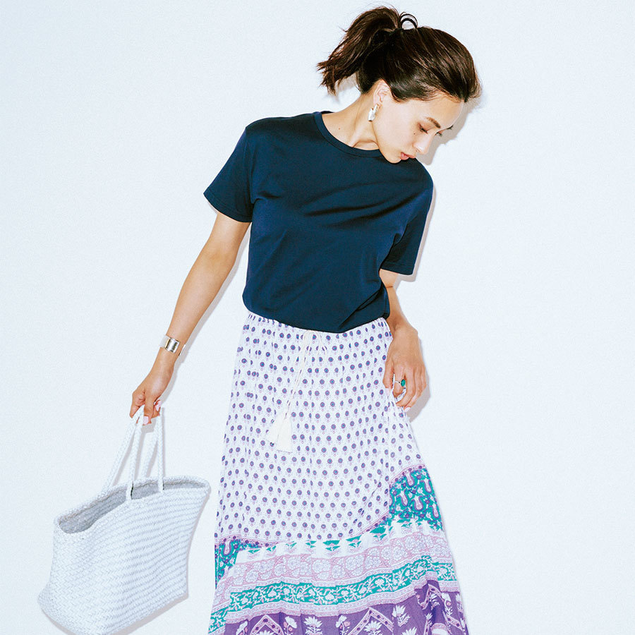 コンパクトTシャツ×柄スカートコーデ